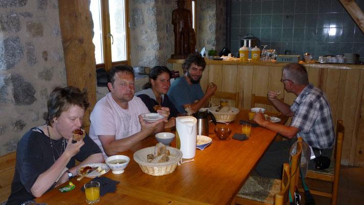 Le petit déj., Thierry avec Vivi, les Suisses et John le Hollandais