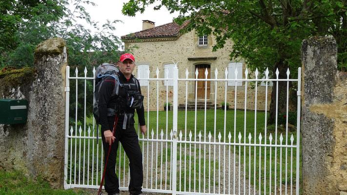 Philippe devant une maison typique de la région