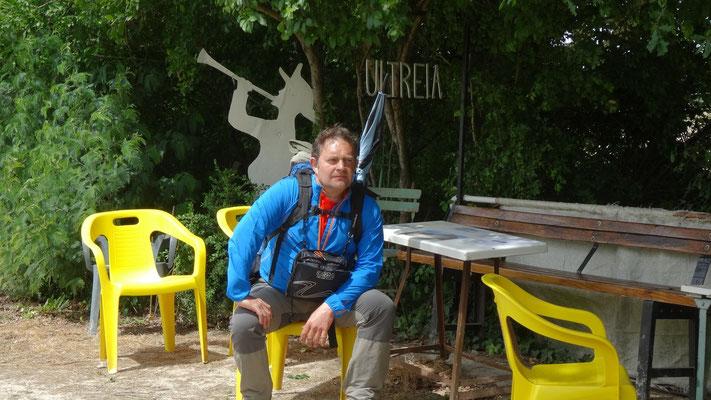 Thierry fprofitant d'une chaise d'un espace aménagé pour les pélerins