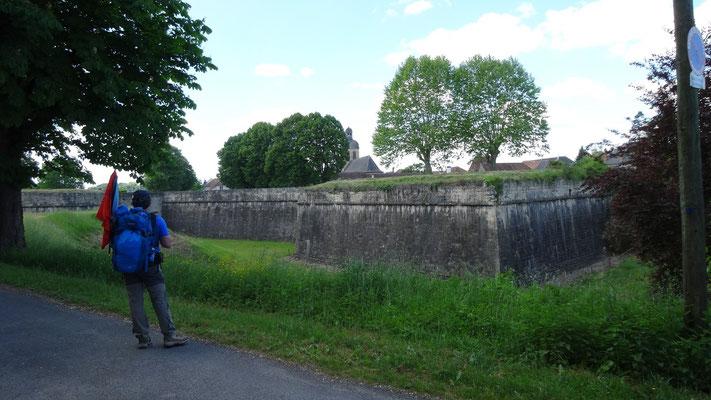 Thierry devant les remparts de Navarrenx