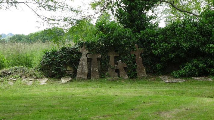 Des stèles à coté de l'abbaye notre dame