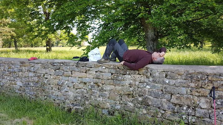 Repos sur le muret du château de Charon