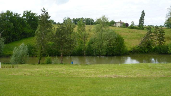 Thierry donnant un coup de cuiller dans l'étang