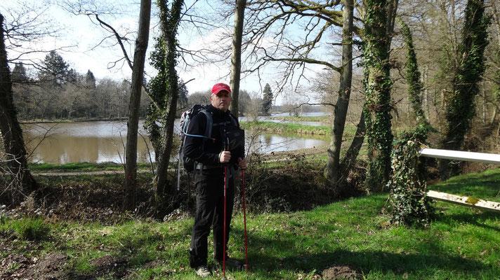 Philippe devant l'étang du donjon