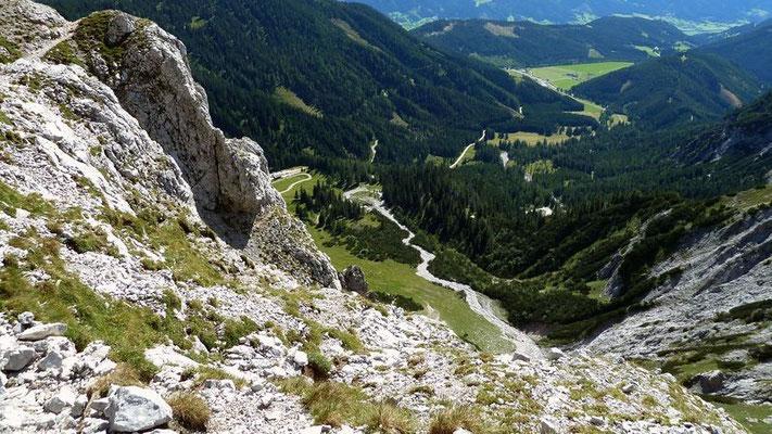 Steile Fels- und Schrofenflanke am Riffel nach Süden. Parkplatz bei der Oberst Klinke Hütte.