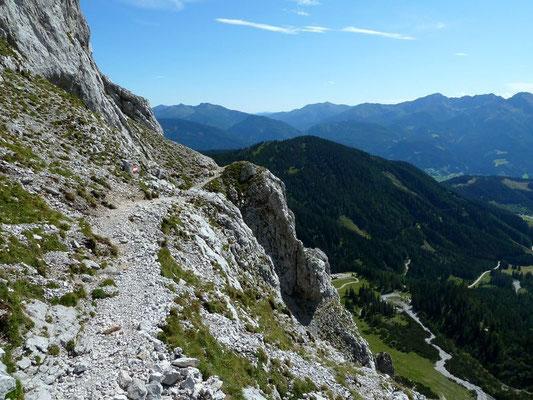 Steig auf dem schrägen Schrofenband unterhalb der Kalbling-Felswand.