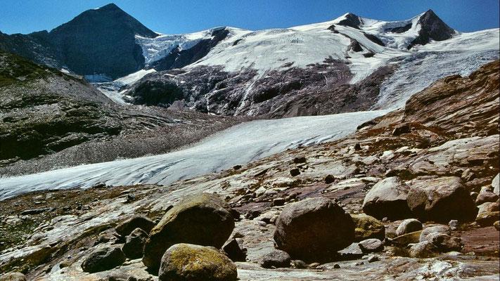 Runde Felsblöcke, von den Gletschermühlen des Schlatenkeeses geschaffen, blieben nach dem Rückgang des Eises auf den Felsen zurück.