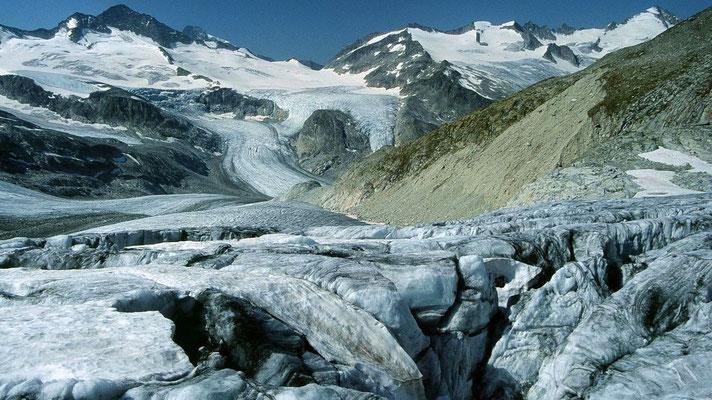 Oberhalb der rechten Seitenmoräne verläuft der Steig von der Kürsingerhütte zum Gletscher