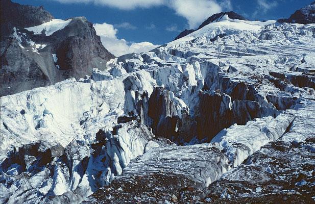 Seracs im Gletscherbruch. Inzwischen ist das Eis bis auf Hoehe der Laengfluh-Bergstation fast völlig weggeschmolzen.