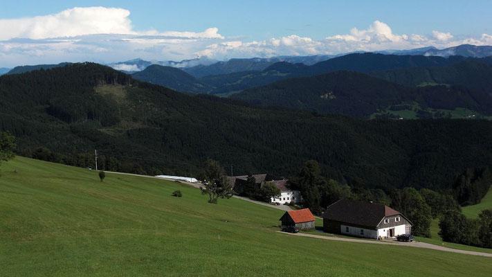 Bei Vorderplatten. Links Spadenberg. Hinten das Berggebiet zwischen Maria Neustift und Großraming.