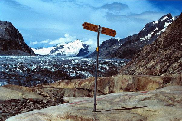 Wegweiser am  Aletschgletscher. Hinten der Mönch,.