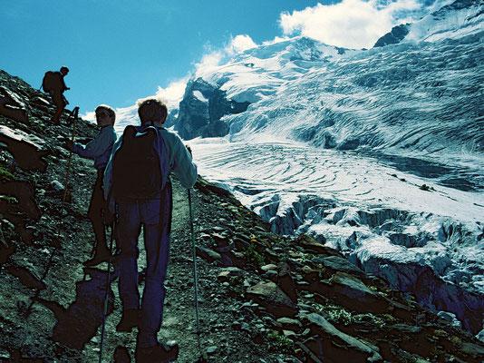 Großartige Gletscherszenerie unter Alphubel und Taeschhorn beim Aufstieg über den Spielboden zur Laengfluh-Bergstation