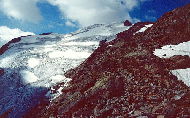 Aufstieg durch Schneefelder und Blockwerk zum Wilden Freiger. Links der vom Freiger herabziehende Grüblferner