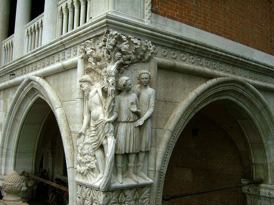 Venedig - Steinrelief am Gebäudeeck