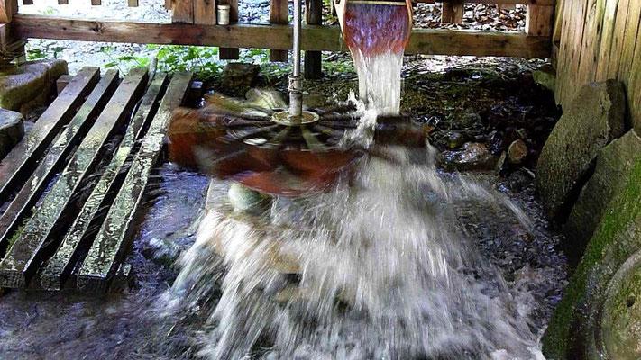 Kugelmühle - Steine werden durch die Wasserkraft im Laufe der Zeit zu runden Kogeln geschliffen.