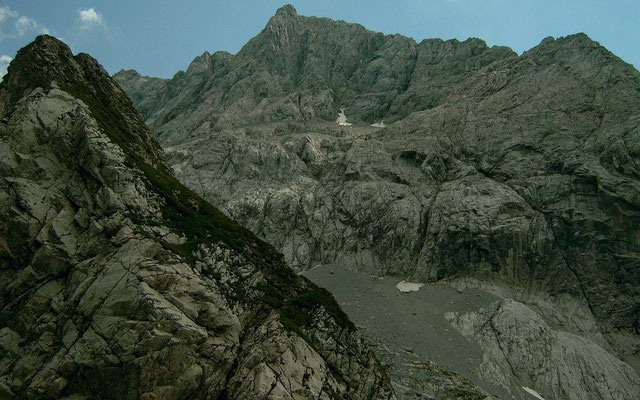 Wuchtige Felswände begleiten uns auf dem Karnischen Höhenweg - Wegstück zwischen Wolayersee und Valentintörl.