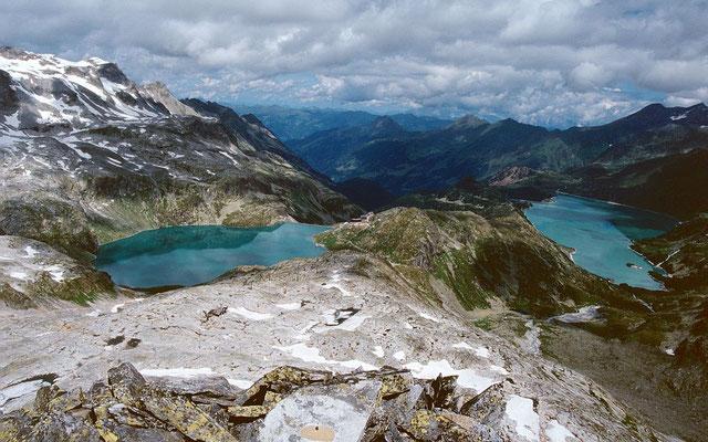Blick vom Medelzkopf nach Norden über beide Speicherseen. Im Blockfeld unterhalb des Medelzkopfs sind Bergstation und Masten des Sessellifts zu erkennen.