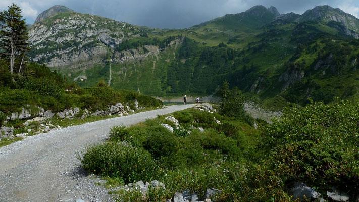Der Güterweg vermittelt ebenfalls sehr schöne Blicke auf den See und die umgebende Bergwelt