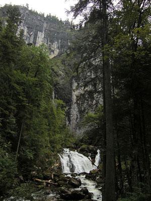Die Pießling vor der Felswand mit dem Quelltopf