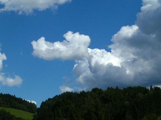 Das Wolkengebilde ähnelt Pluto, Walt Disney's Zeichentrickfigur