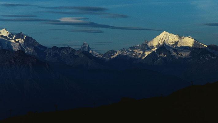 Telezoomaufnahme: Walliser Alpen mit Mischabelgruppe, Matterhorn und Weißhorn