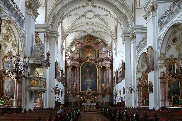 Das Kirchenschiff mit dem Hochaltar der Michaelerkirche in Steyr