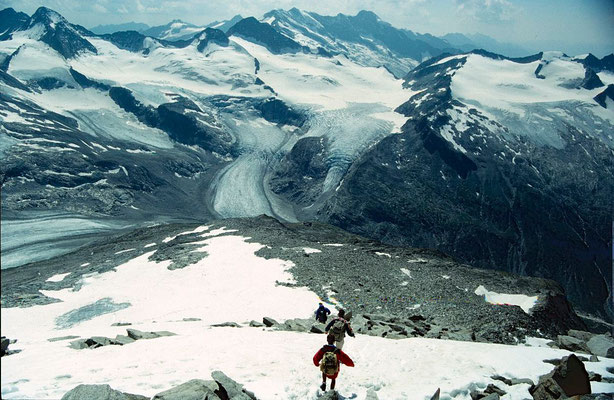 Abstieg vom Gipfel durch den obersten kleinen Schneehang zur blockigen Rippe