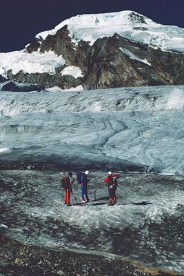 Eine Dreier-Seilschaft macht sich fertig für die Tour auf den Alphubel.