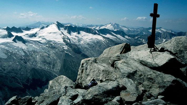 Gipfelkreuz gegen Reichenspitzgruppe und Schlieferspitze