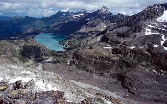 Rechts unten das lange Gletschermoränenvorfeld des Ödenwinkelkeeses. Die Seitenmoränen zeigen den Gletscherhochstand von 1850/51 an.