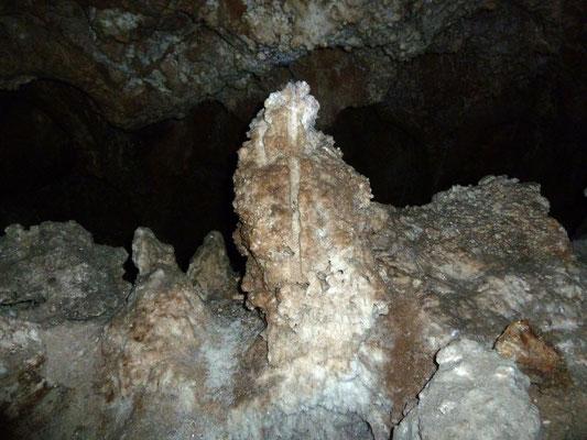 Vom unten gewachsener Tropfstein mit einer deutlichen Riefe