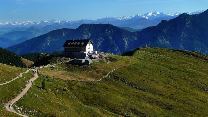 Das Rotwandhaus vom Aufstieg zur Rotwand. Im Hintergrund Hohe Tauern mit Großglockner und Großvenediger