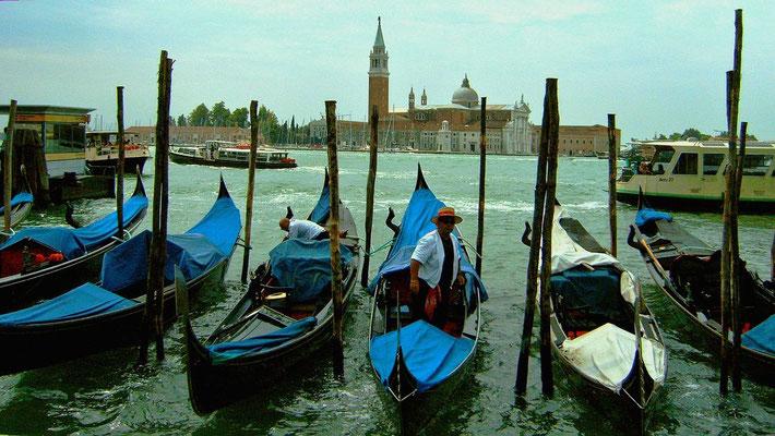 Gondoliere und Gondeln im Hafen von Venedig