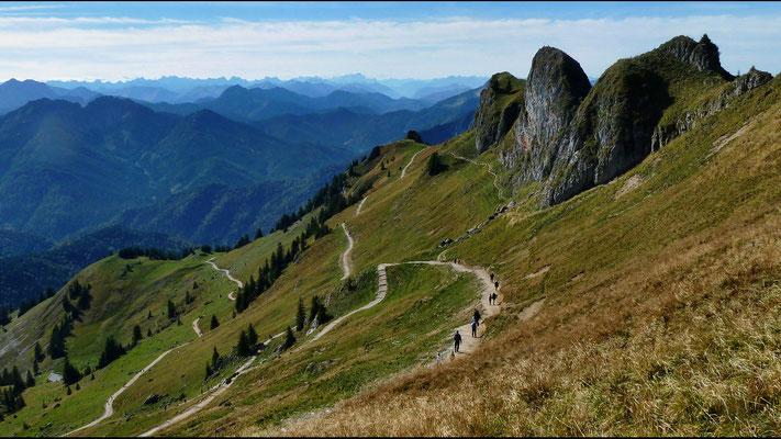 Abstieg von der Rotwand - Blick auf Karwendel und Wettersteingebirge