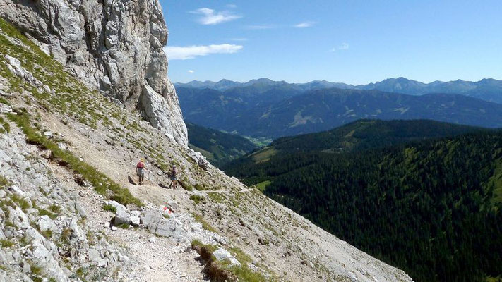 Auf dem schrägen Schrofengürtel unterhalb der Felswand des Kalblings verläuft der Steig zwischen Oberst Klinke Hütte und Riffel