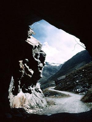Der Rückweg fuehrte am wesetlichen Ufer des Mattmark-Stausees durch einen Tunnel.