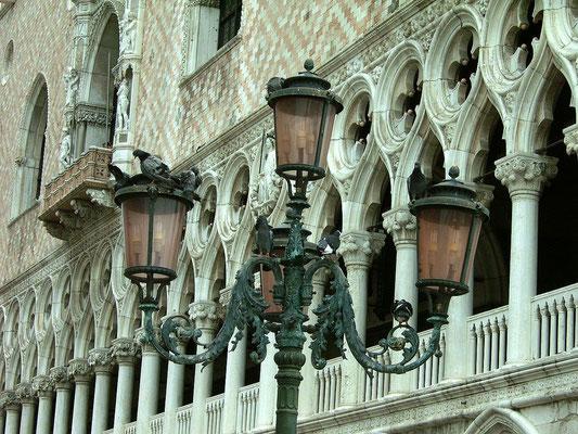 Laterne mit Tauben am Markusplatz in Venedig