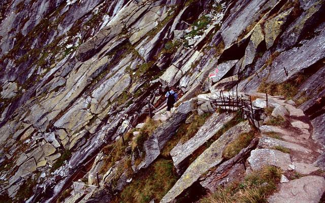 Gesicherter Weg im Steilgelände zwischen Kürsinger Hütte und Materialbahn im Tal