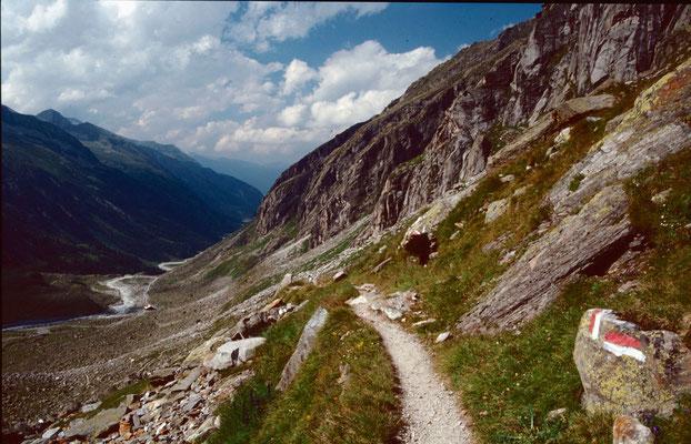Blick vom Hüttenweg ins Tal zur Station der Materialseilbahn zur Kürsingerhütte