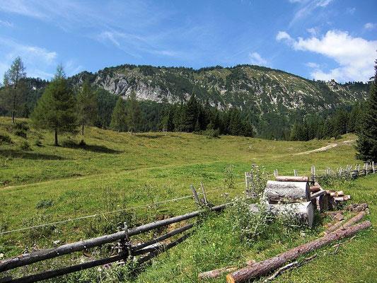 Die Bodenwies (1540 m). Links auf dem Absatz das Sandgatterl.