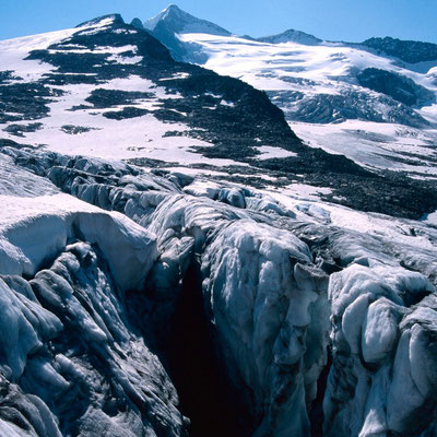 Tiefe, teilweise offene Gletscherspalte. Hinten Großvenediger