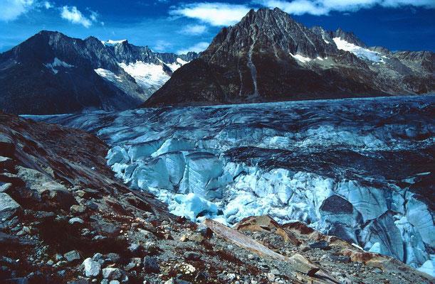 Der abgeflossene Gletschrandsee ließ meter hohe Eiestürme und -trümmer zruück.