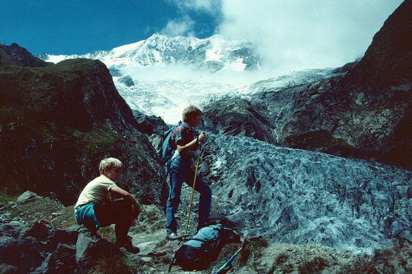 Thomas und Markus vor der wilden Ostflanke von Taeschhorn und Dom bei einer Wanderung zur Laengfluh im Aug. 1988