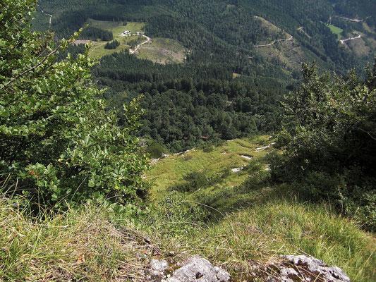 Tiefblick über steile Graschrofen und Felsabbruch auf die Schüttbauer Alm