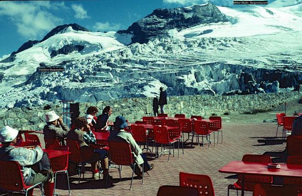 Blick auf den zerkluefteten Feegletscher von der Terrasse der Bergstation