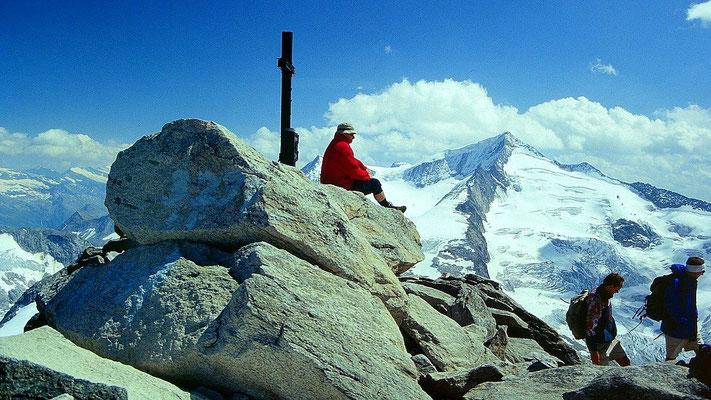 Rast beim Gipfelkreuz am 3291 m hohen Keeskogel - rechts Großvenediger