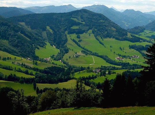 Blick vom Freithofberg auf Straße zum Neustifter Sattel, auf Hiebberg und Hofberggebiet. Dahinter Almkogel und Gamsstein