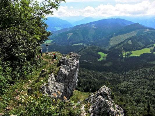 Beim Gipfelkreuz und Steilabfall der Lindaumauer