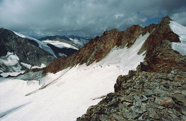Gipfelkreuz und Gipfelgrat des Wilden Freigers