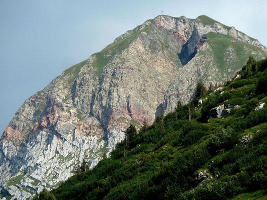 Auch dieser Berg auf der anderen Seite des Tals weist rötliche Felsbänder auf. Ein Hinweis darauf, dass die Rote Wand und dieser Berg aus derselben Schichtablagerung stammen.